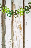 L'acetosella Garland On Wood Background di St Patrick immagine stock libera da diritti