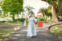 L'achat d'amour de femmes heureux ont plaisir l'achat Image libre de droits