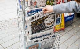 L'achat de femme allemand meurent journal de Zeit avec Angela Merkel Photo libre de droits