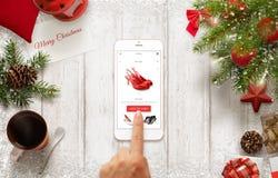 L'achat de femme chausse en ligne avec le téléphone portable pendant le temps de Noël Photographie stock libre de droits