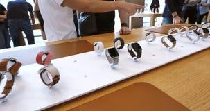 L'achat nouvel Apple de clients d'Apple Store observent la série 4 banque de vidéos