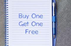 L'achat un obtiennent un gratuit écrivent sur le carnet Photos libres de droits