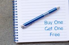 L'achat un obtiennent un gratuit écrivent sur le carnet Images libres de droits