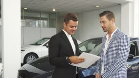 L'acheteur et le vendeur potentiels ont lu les caractéristiques de la voiture photos libres de droits