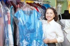 L'acheteur féminin mûr choisit la robe Photographie stock