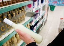 L'acheteur sélectionne la boisson alcoolisée tenant une main du ` s d'homme dans le magasin photographie stock