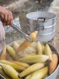 L'acheteur saisit un maïs Photos stock