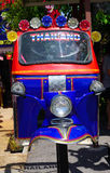 L'acier réutilisé en métal de la Thaïlande trois roulent le taxi indigène Tuk Tuk au spectacle d'animaux de Hau-Hin Tique images libres de droits