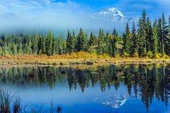 L'acqua blu di Patricia Lake fotografia stock