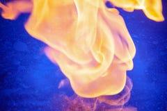 L'acqua blu, i modelli cosmici, olio crea lo spazio Scoppio di fuoco, buon contrasto immagine stock