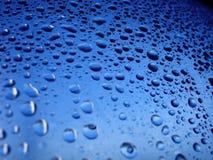 L'acqua cade l'azzurro immagini stock