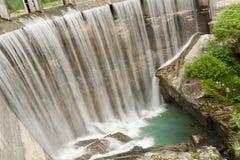 L'acqua cade nel lago dei fatati Fotografia Stock Libera da Diritti