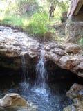 L'acqua calda sta guidando Soa Bajawa sotto il ponte immagine stock