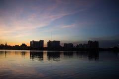 L'acqua crepuscolare del cielo riflette Immagine Stock