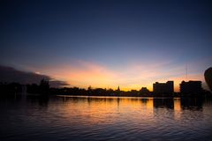 L'acqua crepuscolare del cielo riflette nella sera Fotografia Stock