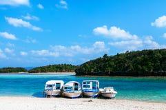 L'acqua cristallina del turchese della spiaggia di sabbia bianca alla baia di Kabira, è Fotografia Stock Libera da Diritti
