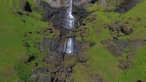 L'acqua dalla cascata di Hauifoss scorre giù le rocce Andreev archivi video