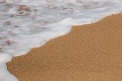 l'acqua del ‹del †del ‹del †del mare e la sabbia dorata si incontrano fotografie stock libere da diritti