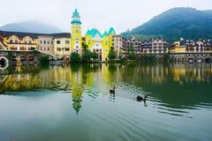 L'acqua del lago e della città Fotografie Stock