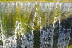 L'acqua di caduta Fotografie Stock
