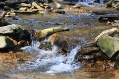 L'acqua di fiume di caduta crea una cascata Fotografia Stock Libera da Diritti