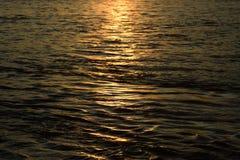 L'acqua di fiume ondeggia con luce solare - fotografia di riserva immagini stock