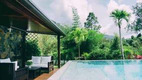 L'acqua di lusso della villa dello stagno della natura si appanna tropicale video d archivio
