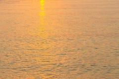 L'acqua di mare riflette la varietà di immagine di sfondo della natura di colori immagini stock libere da diritti