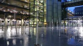 L'acqua di notte della via riempie di pozzanghere il colpo di angolo basso della fontana video d archivio