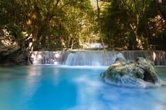 L'acqua di ruscello blu cade nel parco nazionale profondo della foresta Fotografie Stock Libere da Diritti