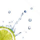 L'acqua dolce cade su calce isolata su bianco Immagine Stock Libera da Diritti