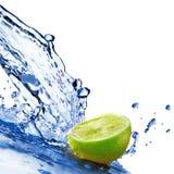 L'acqua dolce cade su calce isolata su bianco Fotografie Stock