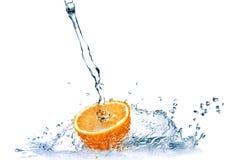 L'acqua dolce cade sull'arancio isolato su bianco Fotografia Stock