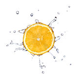 L'acqua dolce cade sull'arancio isolato su bianco Immagini Stock