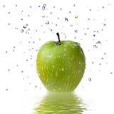 L'acqua dolce cade sulla mela verde isolata su bianco Fotografia Stock Libera da Diritti