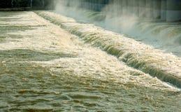 L'acqua e la nebbia veloci dalla grande diga invecchiata di Kallanai hanno costruito dal chola di karikala di re con la pietra de fotografia stock