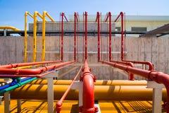 L'acqua e la schiuma allineano per il sistema di protezione antincendio immagine stock