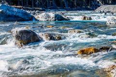 L'acqua a flusso rapido, gomito cade area di ricreazione provinciale, Alberta, Canada immagine stock libera da diritti