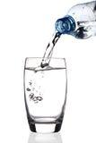 L'acqua ha versato in vetro fotografia stock