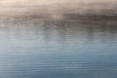 L'acqua increspa la nebbia di struttura Fotografie Stock