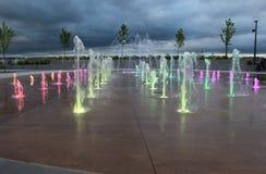 L'acqua multicolore schizza dalla terra fotografia stock