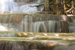 L'acqua multipla alta chiusa di strato cade in foresta profonda Fotografia Stock Libera da Diritti
