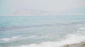 L'acqua ondulata fresca scintillante è brillante un giorno di estate soleggiato alla spiaggia video d archivio