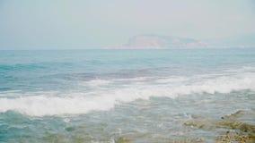 L'acqua ondulata fresca scintillante è brillante un giorno di estate soleggiato alla spiaggia archivi video