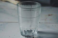 l'acqua potabile di gela ha fatto di vetro trasparente fotografie stock