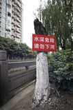 L'acqua profonda del pericolo firma in cinese fotografia stock