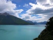 L'acqua pura dal ghiacciaio riempie questo lago blu fotografia stock libera da diritti