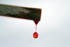 L'acqua rossa cade fuori il legno Immagini Stock