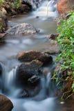 L'acqua scorre l'esposizione di lunghezza di parecchi secondi immagini stock
