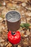 L'acqua sta bollendo in un vaso su un bruciatore a gas fotografie stock